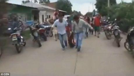Bolivia: Ke hiep dam bi dan loi khoi nha giam, treo co - Anh 3