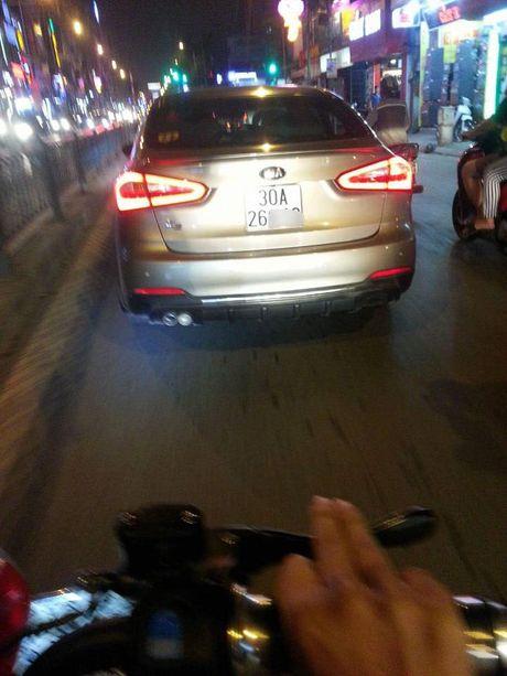 Co gai to tai xe o to tat sung mat vi 'khong nhuong duong' - Anh 2