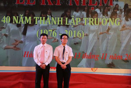 Hai hoc sinh to them net dep ngoi truong - Anh 2