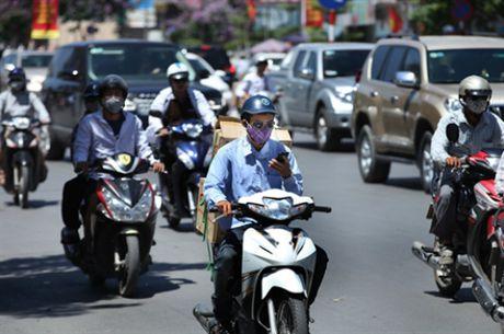Khach Tay noi nguoi Viet bam coi xe nhu choi nhac - Anh 3