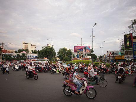 Khach Tay noi nguoi Viet bam coi xe nhu choi nhac - Anh 4