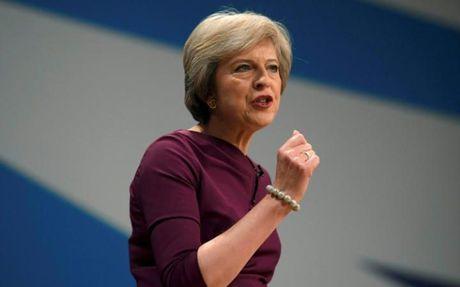 Theresa May: 'Chien thang cua Donald Trump la ly do chung ta can kiem soat nhap cu' - Anh 1
