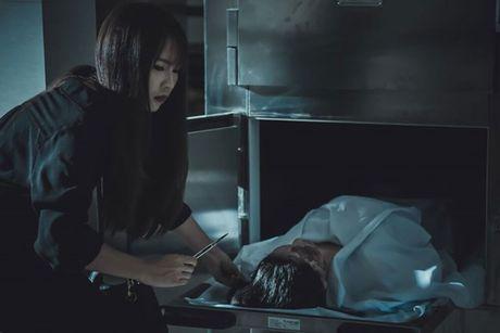 Truong Quynh Anh cam chuoi hat tran an luc quay phim trong nha xac - Anh 7