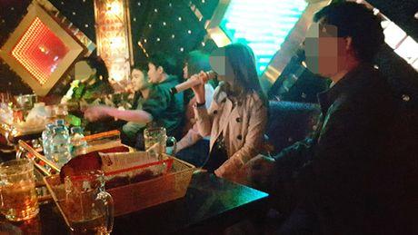 Di karaoke thoi… cam cua - Anh 2