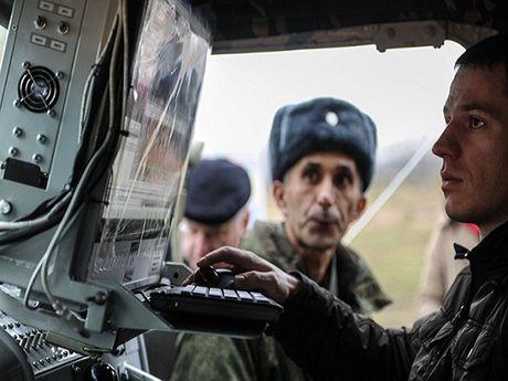 Nga phat trien thiet bi dien tu moi pha thong tin lien lac NATO - Anh 1
