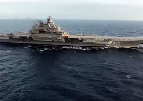 Su-33 lien tuc cat canh tu tau san bay Do doc Kuznetsov doi bom xuong khung bo - Anh 1