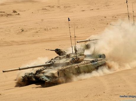 Cang thang voi Pakistan, An Do mua voi 64 xe tang T-90MS tu Nga - Anh 1