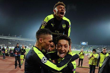 Ozil ky hop dong moi voi Arsenal, tro thanh cau thu co luong cao nhat doi - Anh 2
