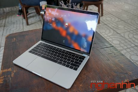 Tren tay Macbook Pro 2016 co Touch Bar vua ve Viet Nam gia 43 trieu - Anh 3
