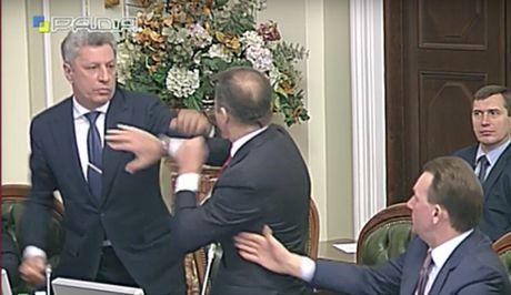 Trong khi hop Quoc hoi, nghi si Ukraine dam nhau - Anh 1