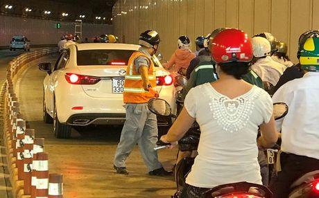 Nu tai xe Mazda 6 gay nao loan ham vuot song Sai Gon - Anh 3