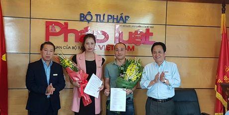 Bao Phap luat Viet Nam trao quyet dinh bo nhiem lanh dao cap phong - Anh 1