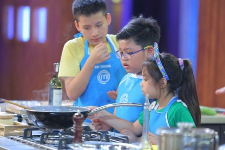 Vua dau bep nhi: Phuong Linh muon nhuong 'doi truong' cho Thanh Hai - Anh 15