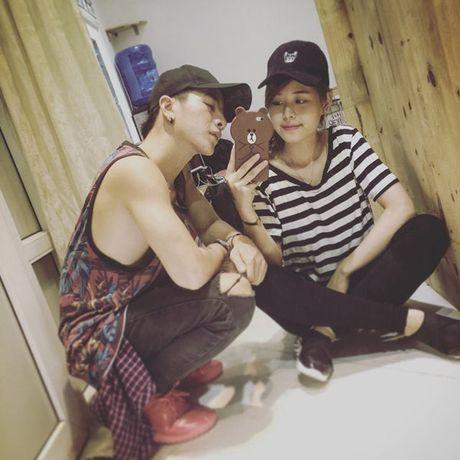 Cap doi Viet don tim cong dong mang bang clip cung nau an, nhay mua lai con hon nhau - Anh 3