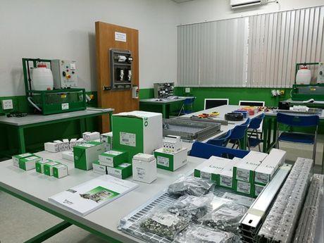 Schneider Electric Viet Nam mo phong thuc hanh cho sinh vien tai TP.HCM - Anh 1