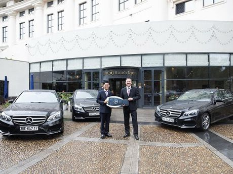 Mercedes-Benz E-Class gia nhap doi xe VIP cua Hilton Ha Noi Opera - Anh 1