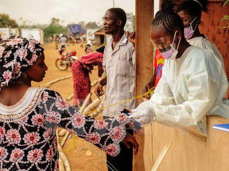 Virus Ebola co the lay nhiem ma khong bieu hien trieu chung ben ngoai - Anh 1