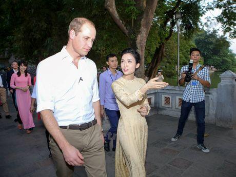 Hoang tu Anh William tham cua hang Dong y tren pho co Ha Noi - Anh 10