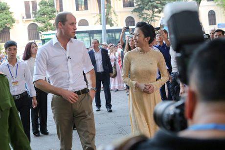 Hoang tu Anh William tham cua hang Dong y tren pho co Ha Noi - Anh 12