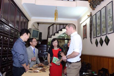 Hoang tu Anh William tham cua hang Dong y tren pho co Ha Noi - Anh 13