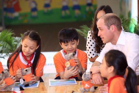 Hoang tu Anh William tham cua hang Dong y tren pho co Ha Noi - Anh 3