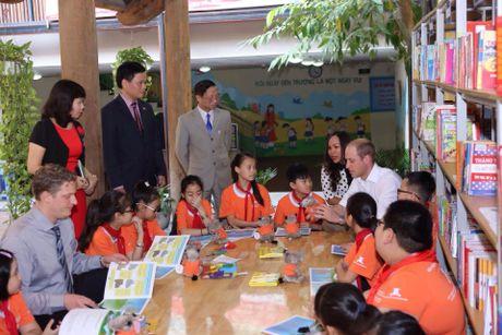 Hoang tu Anh William tham cua hang Dong y tren pho co Ha Noi - Anh 4