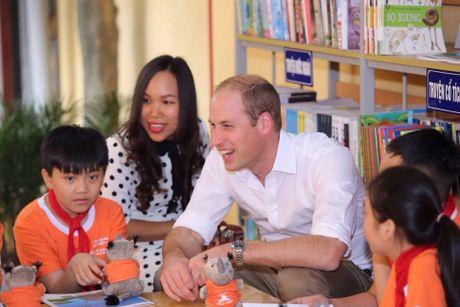 Hoang tu Anh William tham cua hang Dong y tren pho co Ha Noi - Anh 5