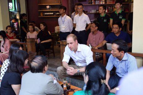 Hoang tu Anh William tham cua hang Dong y tren pho co Ha Noi - Anh 7