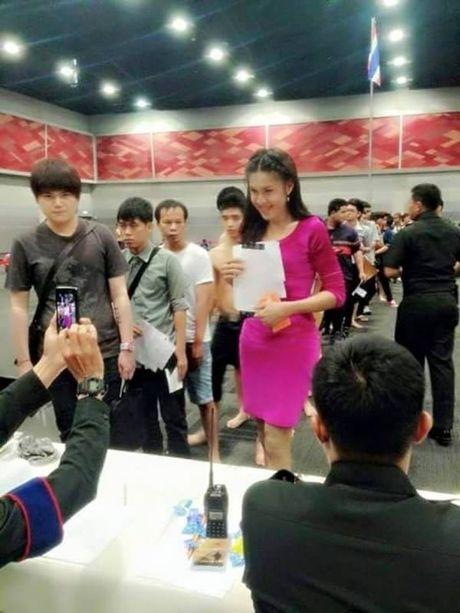 Xon xao bong hong chuyen gioi Thai di kham nghia vu quan su - Anh 7