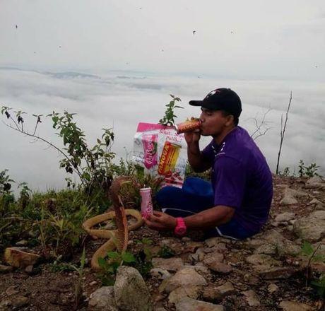 Chang trai coi ran la ban gai dau thai chuyen kiep cua minh - Anh 4