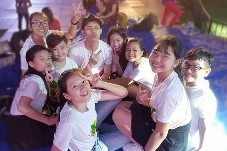 Noo Phuoc Thinh vi vu Thai Lan cung 6 hoc tro cung - Anh 7