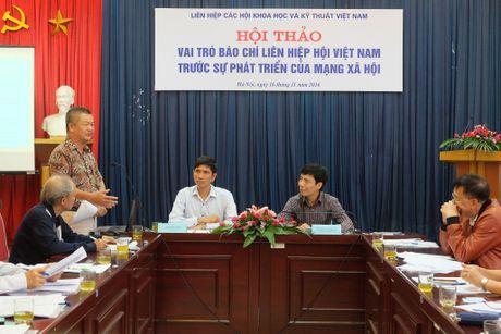 Mang xa hoi: Doi thu hay tro thu cua bao chi chinh thong? - Anh 1