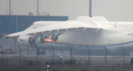 Ron nguoi canh dong co may bay An-225 toe lua suyt chet - Anh 1