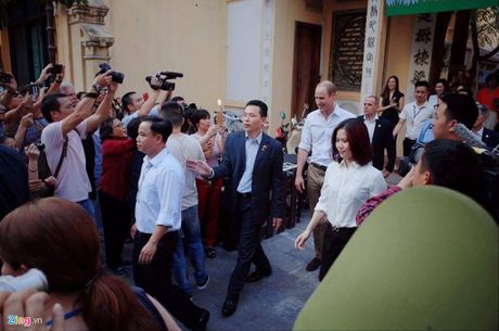 Hoang tu Anh ngoi cafe via he, tan bo pho co Ha Noi - Anh 5