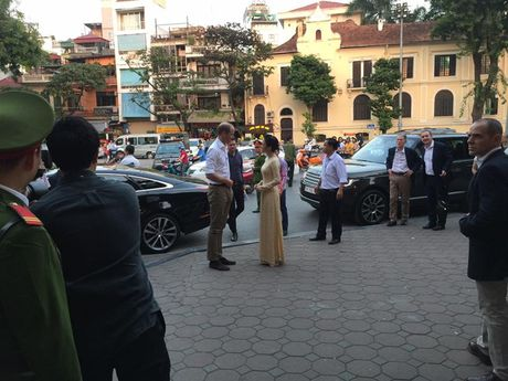 Hoang tu William dao Ho Guom, tham cau The Huc cung MC Thuy Duong VTV4 - Anh 1