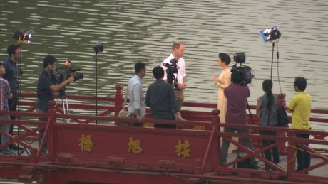 Hoang tu William dao Ho Guom, tham cau The Huc cung MC Thuy Duong VTV4 - Anh 3