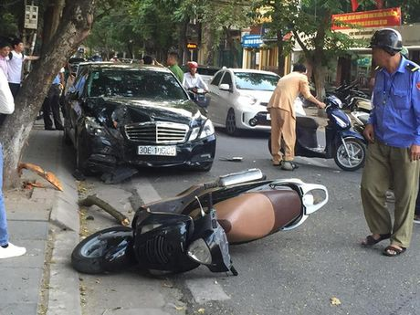 Xe Mercedes gay tai nan lien hoan o trung tam Ha Noi - Anh 1