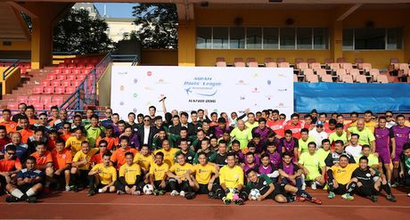 Vietnam Airlines dang cai giai bong da ASEAN Pilots' League 2016 - Anh 1