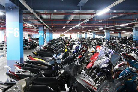 Nha giu xe 5 tang, suc chua 10.000 xe o san bay Tan Son Nhat di vao hoat dong - Anh 5
