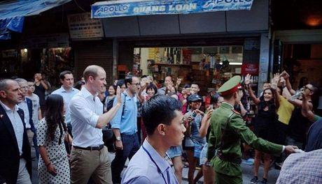 Hoang tu Anh William dao pho co Ha Noi, uong ca phe via he - Anh 1