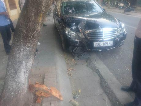 Mercedes dam lien hoan 2 xe may tren pho - Anh 1