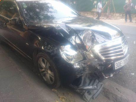Mercedes dam lien hoan 2 xe may tren pho - Anh 2