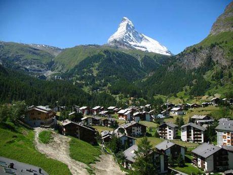 Den Zermatt ngam ngoi lang binh yen chim trong tuyet - Anh 2