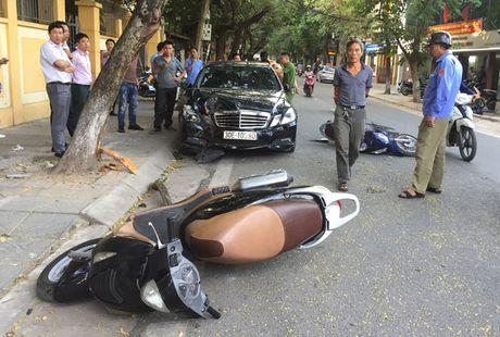 Ha Noi: Mercedes huc vang 2 xe may khien 4 nguoi bi thuong - Anh 1