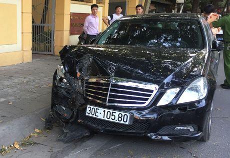 Ha Noi: Mercedes huc vang 2 xe may khien 4 nguoi bi thuong - Anh 2