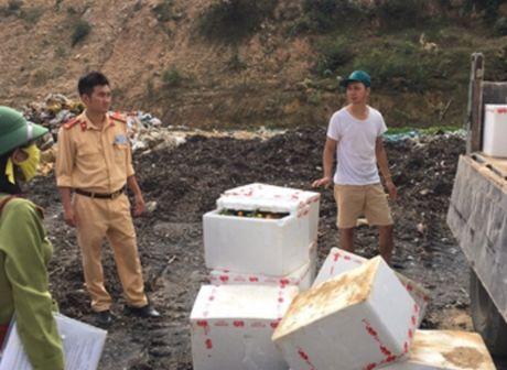 Quang Ninh: CSGT thu giu hon 1 tan hoa qua khong ro nguon goc - Anh 1