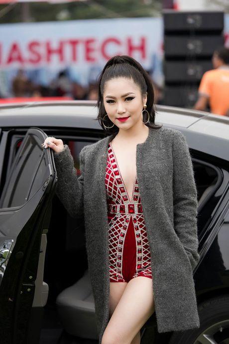 Huong Tram dot chay san khau bang man vu dao soi dong - Anh 1