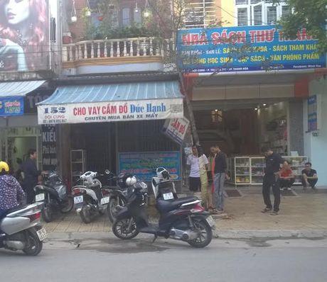 Thanh Hoa: Nhom doi tuong mang hung khi di doi no, ca pho nao loan - Anh 1