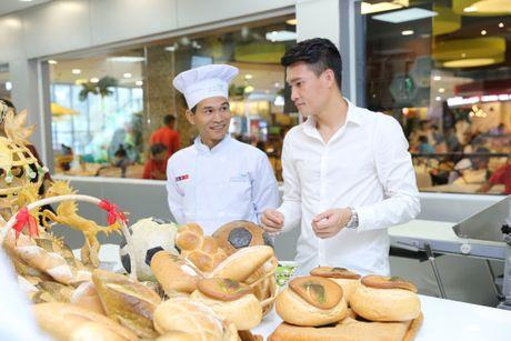 Cong Vinh hoc lam banh mi tang ba xa Thuy Tien - Anh 2