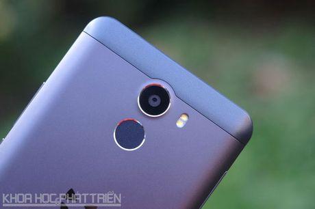 Smartphone selfie 'Quoc tich Anh', cam bien van tay, gia hap dan - Anh 26